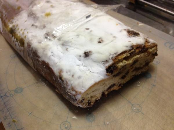 シュトーレーンとは素っ気ない見た目である。ただの白くでぶっとい何か。デコレーションを旨としているキーキ派には不評かもしれないが味がびっくりするほどイケているのだ。白いのは粉砂糖だ。