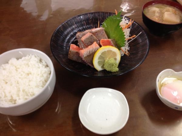 カメラでは写せないデカさの新鮮刺身を食わせる幻の食堂
